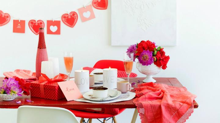 Decorate the valentines dinner